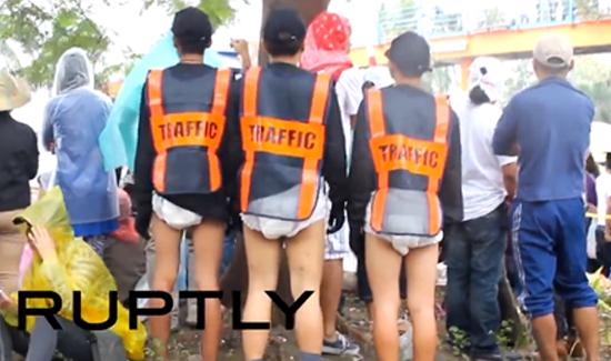 manila-traffic-cops-pope-diapers